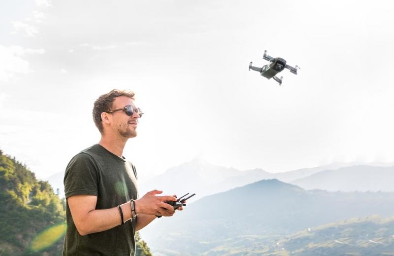 ¿Qué pautas establece la legislación sobre el uso de drones en España?